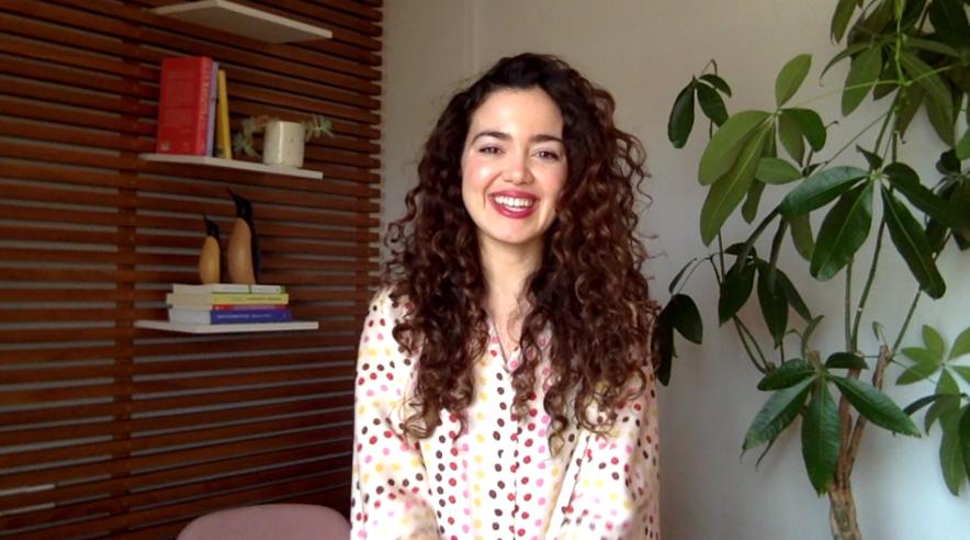 psicóloga hablando sobre la terapia online