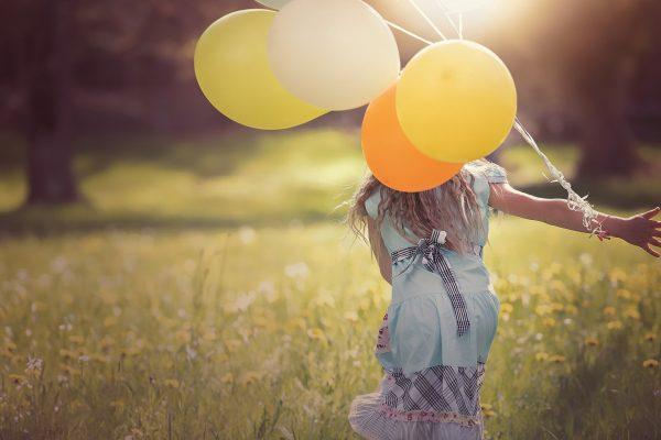 Chica feliz con globos se siente bien