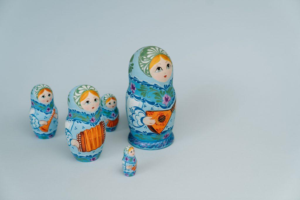 Límites, Muñecas rusas azules, sobre fondo azul en distintos lugares.